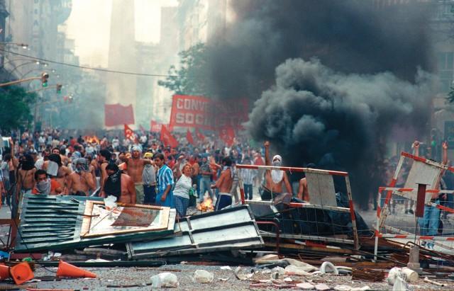 Buenos Aires, 20 de diciembre de 2001. Barricada formada en la Diagonal Norte a metros de la Plaza de Mayo en las primeras horas de la tarde, antes de la caída del presidente De la Rúa. NO ARCHIVAR / Uso autorizado Únicamente para la difusión de la muestra 19 y 20, a realizarse en diciembre de 2011 por ARGRA FOTO EDUARDO LONGONI/ FOTOTECA ARGRA